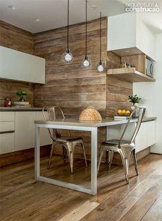 No hall, no banheiro, na cozinha e na escada - a madeira de demolição, com sua textura e cor característica aponta em nova versão.