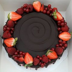 New cake decorating berries 50 Ideas Chocolate Pie Filling, Chocolate Fruit Cake, Chocolate Pies, Homemade Chocolate, Cake Decorating Roses, Birthday Cake Decorating, Chocolate Birthday Cake Decoration, Cake Mix Banana Bread, Cake Decorated With Fruit