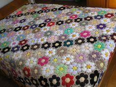 http://ciganadocroche.blogspot.com  Esta colcha pode ser feita com crochê ou fuxicos, na parte colorida  central, depende do material que vo...