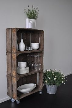 Love the contrast! I have some old wooden boxes :) Old Wooden Boxes, Wooden Crates, Deco Furniture, Recycled Furniture, Diy Home Decor, Room Decor, Ideas Para Organizar, Deco Boheme, Vintage Kitchen Decor