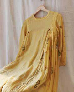 Crochet Patterns Dress Women Sewing Projects Ideas For 2019 Simple Pakistani Dresses, Pakistani Fashion Casual, Pakistani Dress Design, Simple Kurti Designs, Kurta Designs Women, Blouse Designs, Indian Designer Outfits, Designer Dresses, Stylish Dresses