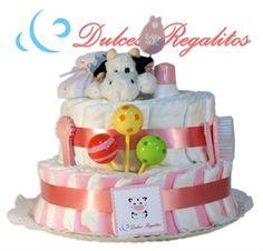 Tarta de pañales Dulce Rosa 2 plantas  Como su propio nombre indica, la más dulce de todas nuestras tartas. Un regalo personalizado que jamás olvidarán!!  Incluye un body y un babero bordado con uno de nuestros animalitos y el nombre del bebe  Solo 89€
