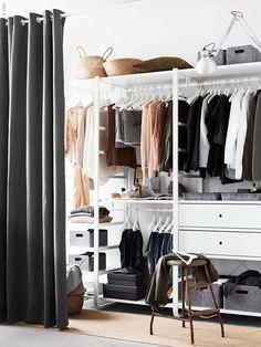 Överblickbart och lättorganiserat. Med en matta i klädavdelningen får du en känslan av en lyxig walk-in-closet. Den lättplacerade arbetslampan TERTIAL 79 kr fixar belysningen och blir även en dekorativ detalj i inredningen.