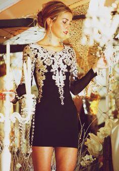 Acheter la tenue sur Lookastic:  https://lookastic.fr/mode-femme/tenues/robe-de-cocktail-brodee-boucles-d-oreilles/4399  — Boucles d'oreilles argentées  — Robe de cocktail brodée noire