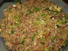 Feijão Tropeiro  INGREDIENTES  1 kg de feijão carioquinha 2 dentes de alho… Black Bean Stew, Bacon, Bean Soup, Fried Rice, Grains, Recipies, Beef, Ethnic Recipes, Brazilian Recipes