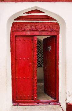 YES, YES, YES I WANT A RED FRONT DOOR!!!     Red door #ornate #inviting