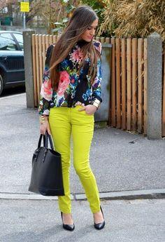 loving the neon yellow pants :')