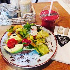 zum Mittagstisch eine vegane Avocado Stulle und Himmel auf Erden Smoothie im Was wir wirklich lieben in Hamburg Eppendorf