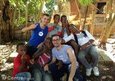 Romain Gioux pose avec les enfants en République dominicaine. © Agence SPORTS EURE-et-Loir