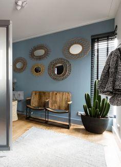 C'est le magazine des Pays-Bas, VT Wonen qui nous présente une série de photos de décoration, mettant en valeur l'alliance du bleu, et des matériaux naturels, un mélange doux dans lequ…