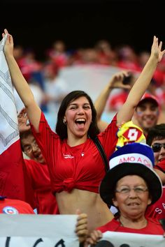 A chiliens acclamations de supporters de football pour son équipe avant le début du match de football du groupe B entre le Chili et l'Australie à l'Arena Pantanal Cuiaba.