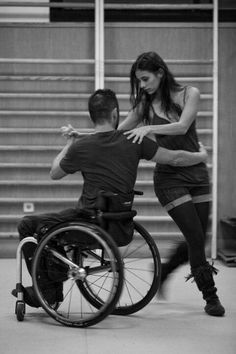On peut tous danser il faut juste avoir un peu de confiance en soit !^^ cette photo est Just magnifique et montre bien le fait que la danse n'est pas seulement dédié à quelque personne mais qu'avec de l'entraînement tout est possible !^^