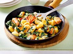 Unser beliebtes Rezept für Gnocchi-Pfanne mit Lachswürfeln, Spinat und Zitronensoße und mehr als 55.000 weitere kostenlose Rezepte auf LECKER.de.