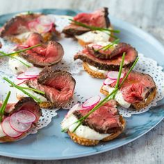 Beef and Horseradish Crostini. A terribly British canapé perfect for the party season. Rare fillet beef and horseradish crostini with crisp radishes yes please Fingers Food, Christmas Buffet, Christmas Canapes, Christmas Lunch Ideas, Healthy Christmas Party Food, Christmas Party Finger Foods, Wedding Finger Foods, Christmas Nibbles, Fingerfood Party
