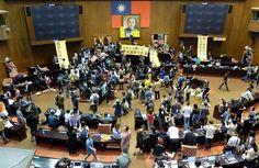 台湾国会を学生らが占拠、中国との貿易協定に反対 国際ニュース:AFPBB News   【3月19日 AFP】中国と台湾間の「サービス貿易協定」を審議中の台湾の立法院(国会に相当)に18日夜、協定に反対する約200人の学生や活動家が警備網を破って押し入り、議場を占拠した。  学生らはその後、議場内にあったいすなど家具を使い、内側からバリケードを築こうとした他、歌ったり踊ったりして協定に反対した。