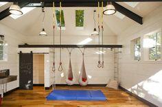 fitnessstudio-garage-einrichten-schlingentrainer-schaukeln