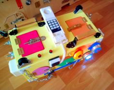 Drukke Board: 35 verschillende elementen. Afmeting: 120 x 60 centimeter -------------------------- Bekijk alle fotos in deze aanbieding, is het onmogelijk om een exacte kopie te maken. De busyboard zijn altijd verschillend, maar het is altijd interessant voor kinderen van o)) ===============================  Speelgoed voor kinderen vanaf 6 maanden tot 5-7 jaar. Drukke Bord ontwikkelen * coördinatie * verbeelding * doorzettingsvermogen * vaardigheden van het gebruik van eenvoudige sloten…