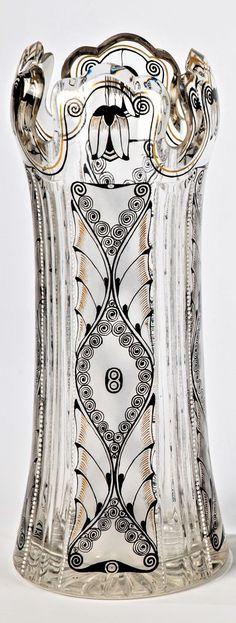 Glasfachschule Steinschönau, um 1920 Vase  Farbloses, teils seidenmatt geätztes, schliffverziertes Glas mit feiner Bemalung in Poliergold und Schwarzlot sowie weißen Emailpunkten. Umlaufend vierfach rapportierender Floral- und Ornamentdekor. H. 23,5 cm Fries, Bohemia Glass, Czech Glass, Vase, Art Nouveau, 1920, Bohemian, Ceramics, Stars