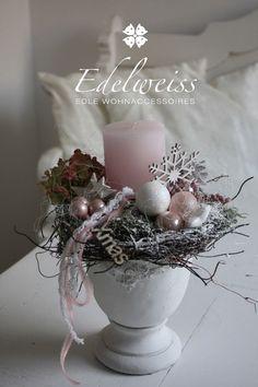 Diese wunderschöne Tischdeko, verzaubert Ihr Heim in Weihnachtsstimmung Auf der Amphore im shabby-Style thront die Kerze in Altrosa umgeben von Naturlieblichkeiten wie Moss,Weidengeäst die...