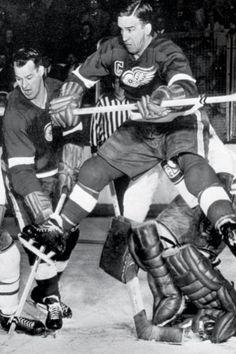 Ted Lindsey and Gordie Howe - Detroit Red Wings Ice Hockey Teams, Hockey Games, Hockey Players, Men's Hockey, Baseball, Detroit Hockey, Detroit Sports, Montreal Canadiens, Detroit Red Wings