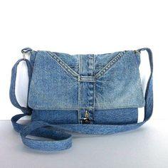 Il sagit dun messager petit unique ou sac à bandoulière que jai fait sortir un pantalon jean bleu clair.  Le sac a un bel Rabat avec deux poches