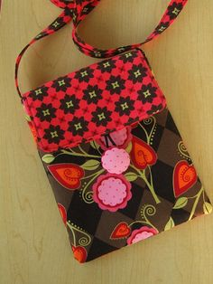 Sewing Patterns Free Purse Pattern and Tutorial - Travel Purse - A friend of mine is getting ready to go on a cruise, and I thought it would be perfect for stashing her passport, itinerary and her small point-and-shoot Wallet Sewing Pattern, Sewing Patterns Free, Free Sewing, Tote Pattern, Quilting Patterns, Cross Body Bag Pattern Free, Quilted Purse Patterns, Messenger Bag Patterns, Messenger Bags