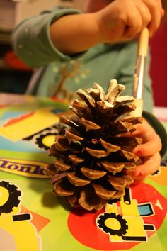 christmas glitter pine cones - great craft with the kids! Holiday Crafts For Kids, Christmas Themes, Christmas Projects, Winter Christmas, Christmas Glitter, Preschool Christmas Activities, Christmas Pine Cones, Painted Pinecones, Christmas Inspiration