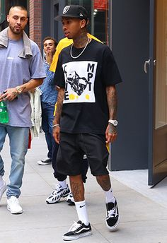 summer mens fashion which look cool Streetwear Mode, Streetwear Fashion, Tyga Style, Vans Outfit Men, Rapper Outfits, Mode Style, Urban Fashion, Trendy Mens Fashion, Look Cool