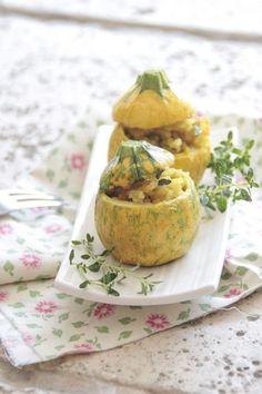 #CourgetteFarcie #RecettelightdHiver - 2 courgettes jaunes - 2 escalopes de poulet (coupées en petits dés) - 1 oignon émincé - 1 pincée d'épice (persil, sel, poivre, ail) - 50 g de parmesant Chauffer votre four 220° Couper les courgettes en 2, retirer la chaire. Faire cuire la chaire dans une poêle avec l'oignon l'ail, les dés de poulets, 3 Minutes. Replacer le tout dans la courgette, Saupoudrer de parmesan et placer les au four 6 Minutes. Epicer et Régalez vous