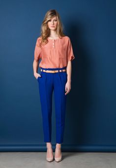 salmon blouse and blue trousers Blue Trousers, Zooey Deschanel, Office Looks, Office Outfits, Office Wear, Look Chic, Work Attire, Work Fashion, Office Fashion