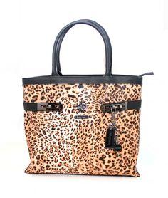 Bagsac Belluno -sarjan pantterikuosinen käsilaukku on tyylikäs ja täynnä yksityiskohtia. Tilava laukku on käytännöllinen ja helppo kantaa mukana niin kädessä kuin olalla. Tätä laukkua ei voi olla huomaamatta!  - BeBag.fi