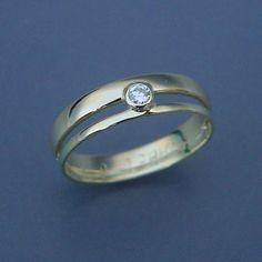 Een smalle en brede trouwring verbonden met een diamant. Gypsy Rings, Boho Rings, Wedding Ring Necklaces, Wedding Rings, Gemstone Jewelry, Jewelry Rings, Diamond Jewelry, Stylish Rings, Turquoise Rings