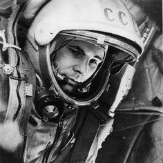 O astronauta Yuri Gagarin, primeiro homem a alcançar o espaço, em 1961. (Foto: alldayru.com / via ESA) Há exatos 55 anos, o cosmonauta soviético Yuri Gagarin entrava para a história ao se tornar o primeiro ser humano a viajar ao espaço. A missão era perigosa: de 48 cães enviados ao espaço pela União Soviética, 20 tinham morrido. Ainda assim, muitos sonhavam em ir no lugar dele
