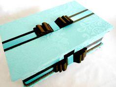 Caixa de madeira forrada de tecido azul turquesa (tifany) com marrom. Com divisórias e pezinhos. Consulte preço de produtos e embalagens personalizadas para kit de toillet. R$ 150,00