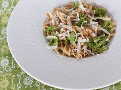 Lemony Whole Wheat Pasta Spirals with Broccoli and Parmesan When a plate of spaghetti and meatballs just won't do for dinner, jazz up a bowl of pasta with the bright zing of lemon and snappy green broccoli. It's like pasta primavera for a new season. Healthy Pasta Recipes, Healthy Pastas, Healthy Foods To Eat, Healthy Cooking, Healthy Eating, Clean Eating, Lemon Pasta, Whole Wheat Pasta, How To Cook Pasta