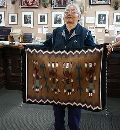 Navajo Weaving, Navajo Rugs, Hand Weaving, Native American Rugs, Native Design, Bubble Art, Art N Craft, Native Art, Native Americans
