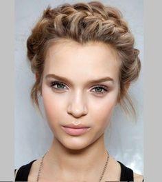 Acconciature capelli corti raccolti emma