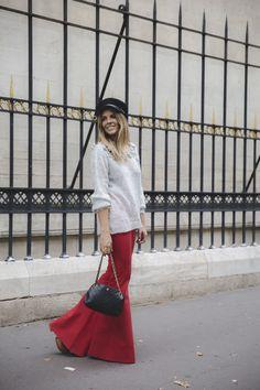 Trendy Taste – FLARES ARE BACK. Grey sweater+red flare pants+wood plattform boots+black shoulder bag+black hat. Fall Outfit 2016