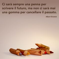 Ci sarà sempre una penna per scrivere il futuro, ma non ci sarà mai una gomma per cancellare il passato. Albert Einstein. Italian Life, Book Markers, Quote Posters, Beautiful Words, Best Gifts, Inspirational Quotes, Gandhi, Smiley, Sentences