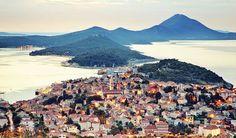 +*-Losinj – ile de la vitalité L'île de Lošinj dans la baie de Kvarner en Croatie est un endroit où les étoiles illuminent le ciel de la meilleure façon, où l'air a une odeur particulière en raison des forêts de pins et c'est l'endroit où les dauphins nagent librement. Losinj est un endroit qui vous