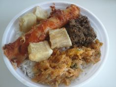 Para o prato do dia serviremos: Panqueca de frango, quibe assado, pirão de frango, mandioca frita com arroz e feijão mais salada...