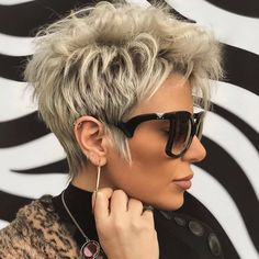 Latest Short Hairstyles That Will Give You a Glammed Up Look 07 Short Choppy Hair, Short Grey Hair, Short Hair With Layers, Short Hair Cuts For Women, Short Pixie Haircuts, Short Hair Over 60, Messy Pixie Haircut, Stylish Short Haircuts, Women Haircuts Long