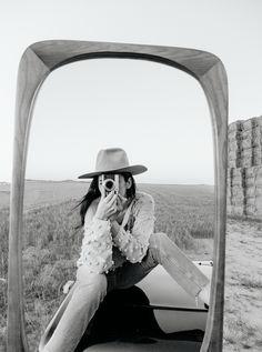 Rosa Copado for We Are Knitters. La fotógrafa reinterpreta algunos de nuestros básicos con su cámara y a través de un espejo.