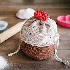 Burn calories while you crochet this Cupcake Bucket Bag. You?ll look and feel fabulous.