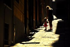 Vicolo di Genova con donna e bambina