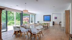 De living is voorzien van een mooie parketvloer en als eye-catcher schuiframen over de volledige breedte van de leefruimte. Moderne villa gelegen op toplocatie in Brasschaat
