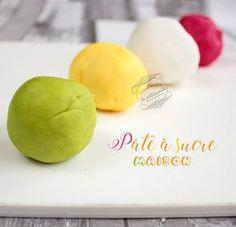 Pour 500 g de pâte à sucre : 1 blanc d'œuf 500 g de sucre glace 1 grosse c s de sirop de glucose  Colorant