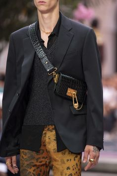Versace Spring 2020 Men& Fashion Show Details Men's Fashion, Men Fashion Show, Mens Fashion Bags, Versace Fashion, Fashion Details, Fashion Styles, Swag Style, Style Casual, Mens Crossbody Bag