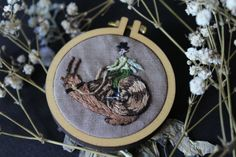 Cette miniature doté d'un coureur de l'escargot fait partie de mon seul d'une collection unique de bijoux brodés : c'est une pièce unique que vous