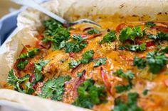 Igorin kala hautuu uunissa maukkaassa smetanapohjaisessa kastikkeessa. Diet Recipes, Chicken Recipes, Cooking Recipes, Weeknight Meals, I Foods, Vegetable Pizza, Food Inspiration, Food To Make, Clean Eating
